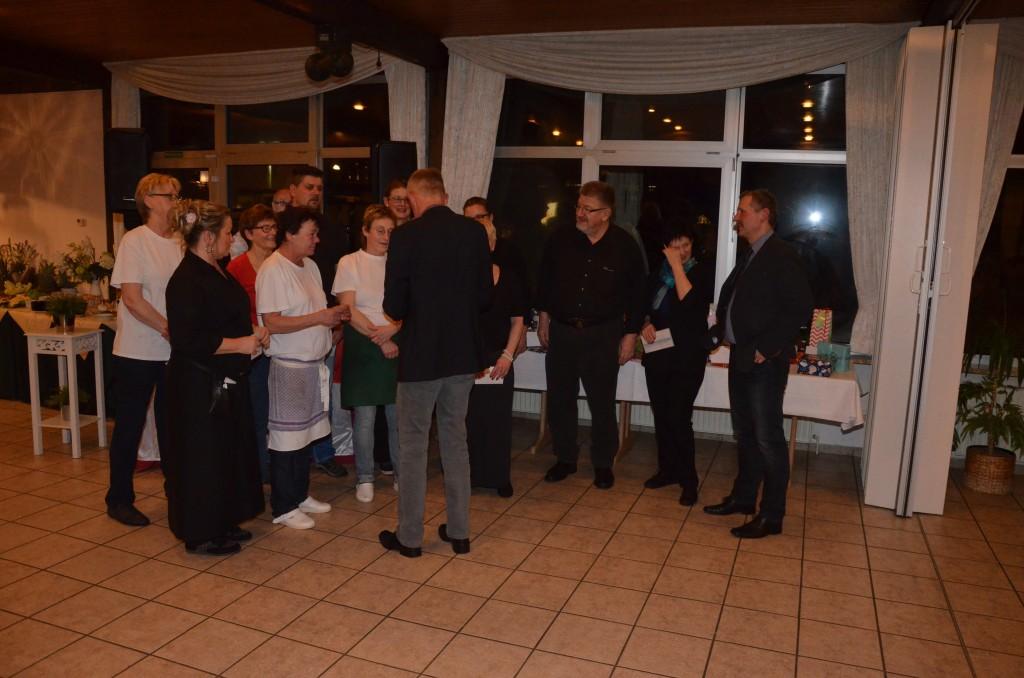 Die EMTV-Altherren mit Anhang bedankten sich bei Edel, Peter und dem gesamten Team mit einer kleinen Aufmerksamkeit für die vielen tollen Feiern der vergangenen Jahrzehnte.