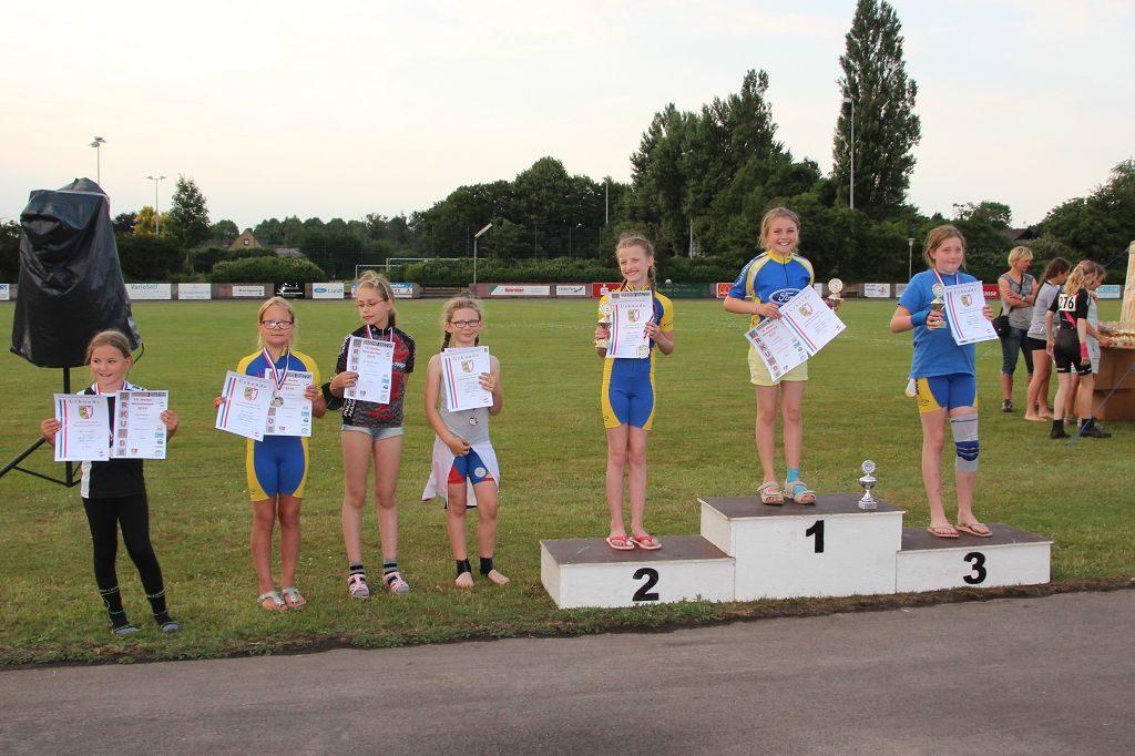 Siegerehrung Schülerinnen B mit Leni (2. v. l), auf dem Podest Emma, Lenya und Tabea (v. l.)